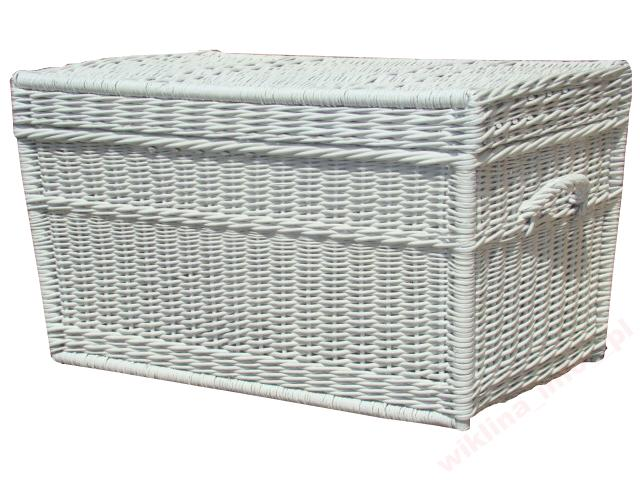 Biały kufer wiklinowy